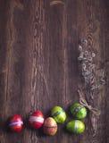 Uova di Pasqua Decorazione festiva Pasqua felice! Uova di Pasqua sul wo Fotografia Stock Libera da Diritti