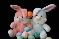 Uova di Pasqua, dei coniglietti e un tulipano Fotografie Stock