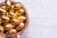 Uova di Pasqua del cioccolato su fondo di legno bianco Fotografie Stock