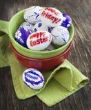 Uova di Pasqua della decorazione con le parole Pasqua felice ed il venerdì santo Fotografie Stock Libere da Diritti