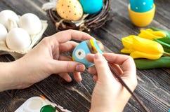 Uova di Pasqua della pittura dei bambini a casa Fotografia Stock Libera da Diritti