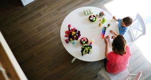 Uova di Pasqua della pittura del figlio e della madre Fotografie Stock