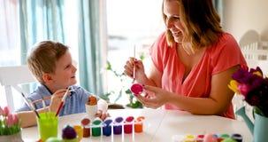 Uova di Pasqua della pittura del figlio e della madre Fotografia Stock Libera da Diritti