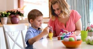 Uova di Pasqua della pittura del figlio e della madre Fotografie Stock Libere da Diritti
