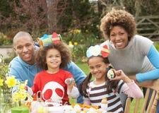Uova di Pasqua della pittura della famiglia in giardini immagine stock