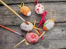Uova di Pasqua della pittura su fondo di legno fotografie stock