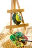Uova di Pasqua della pittura in workshop Immagine Stock Libera da Diritti