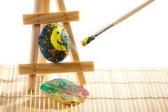 Uova di Pasqua della pittura in workshop Immagini Stock Libere da Diritti