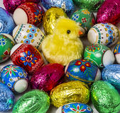 Uova di Pasqua della stagnola e dipinta Fotografie Stock