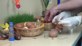Uova di Pasqua della tintura di bobina della mano in cipolla e calzini in cucina 4K archivi video