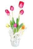 Uova di Pasqua dentellare E dei tulipani. Immagini Stock