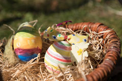 Uova di Pasqua di Colorfull in un canestro Fotografia Stock