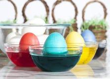 Uova di Pasqua di coloritura Immagini Stock Libere da Diritti