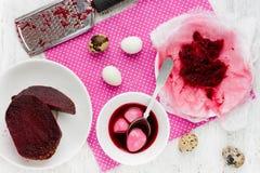 Uova di Pasqua di coloritura dal succo naturale della barbabietola nel colore rosa immagine stock