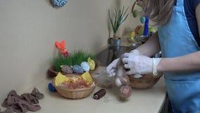 Uova di Pasqua di coloritura tradizionali con le coperture della cipolla archivi video