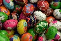 Uova di Pasqua Di legno variopinte Fotografie Stock Libere da Diritti