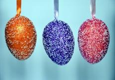 Uova di Pasqua di plastica ansimate Colourful con i punti bianchi Immagine Stock