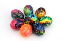 Uova di Pasqua Uova dipinte fatte a mano per la celebrazione di Pasqua isolate su fondo bianco pasqua Uova di Pasqua colorate Fotografie Stock
