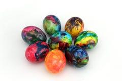 Uova di Pasqua Uova dipinte fatte a mano per la celebrazione di Pasqua isolate su fondo bianco pasqua Uova di Pasqua colorate Fotografia Stock Libera da Diritti