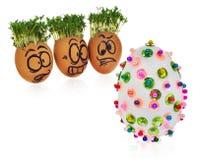 Uova di Pasqua dipinte a mano in cartoonish spaventato e sorpreso divertente Fotografia Stock Libera da Diritti
