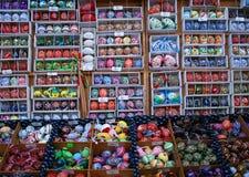 Uova di Pasqua dipinte a mano reali, mercato della repubblica Ceca - Praga Fotografie Stock