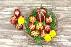 Uova di Pasqua Dipinte a mano variopinte immagini stock libere da diritti