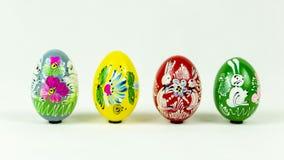 Uova di Pasqua dipinte a mano variopinte accanto a ogni altro immagine stock libera da diritti