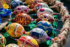 Uova di Pasqua dipinte a mano variopinte con vari modelli BR Immagini Stock