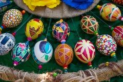 Uova di Pasqua dipinte a mano variopinte con vari modelli BR fotografia stock libera da diritti