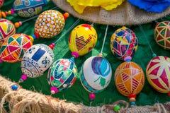 Uova di Pasqua dipinte a mano variopinte con vari modelli BR immagini stock libere da diritti