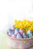 Uova di Pasqua dipinte a mano verticali con lo spazio della copia Fotografia Stock