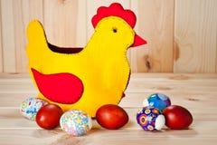 Uova di Pasqua dipinte multicolori con la decorazione di pasqua su una tavola di legno fotografia stock libera da diritti