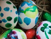Uova di Pasqua dipinte nei colori differenti fotografia stock
