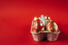 Uova di Pasqua dipinte rosse su fondo rosso immagini stock
