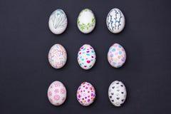 Uova di Pasqua dipinte sul nero Immagini Stock