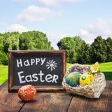Uova di Pasqua Dipinte in un canestro Fotografia Stock