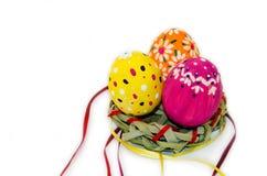 Uova di Pasqua dipinte in un nido di erba e dei nastri Fotografia Stock