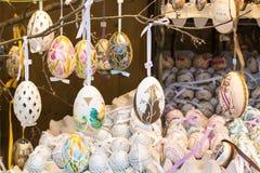 Uova di Pasqua dipinte variopinte differenti sull'albero al mercato europeo tradizionale Fotografia Stock Libera da Diritti