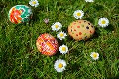 Uova di Pasqua dipinte variopinte su un'erba verde Fotografia Stock