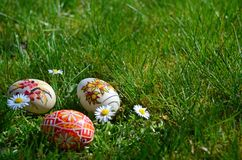 Uova di Pasqua dipinte variopinte su un'erba verde Immagine Stock