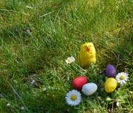 Uova di Pasqua dipinte variopinte su un'erba verde Fotografie Stock