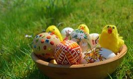 Uova di Pasqua dipinte variopinte su un'erba verde Immagini Stock Libere da Diritti