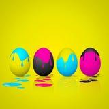 Uova di Pasqua divertenti - ciano, colore magenta, giallo, nero - CMYK co Fotografie Stock