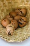 Uova di Pasqua divertenti, uova dipinte sul canestro Immagine Stock Libera da Diritti