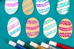 Uova di Pasqua di Diy fatte del bollo della patata e del cartone, cartolina d'auguri di Pasqua su fondo verde fotografia stock