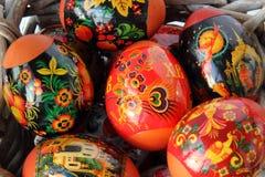 Uova di Pasqua, dolce e ramoscelli del salice sulla tavola di legno Immagini Stock