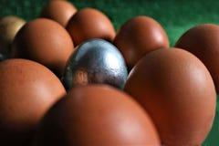 Uova di Pasqua dorate, d'argento e naturali n una d verde fotografie stock libere da diritti