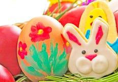 Uova di Pasqua e biscotto del pan di zenzero Fotografia Stock