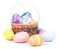 Uova di Pasqua e canestro decorati Immagine Stock
