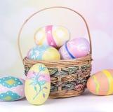 Uova di Pasqua e canestro dipinti Immagine Stock Libera da Diritti